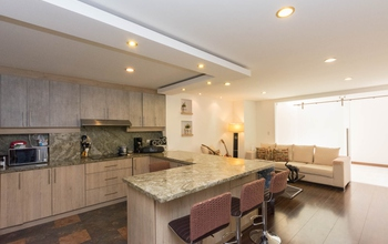 <p>This elegant apartment has 2 bedrooms with pri…