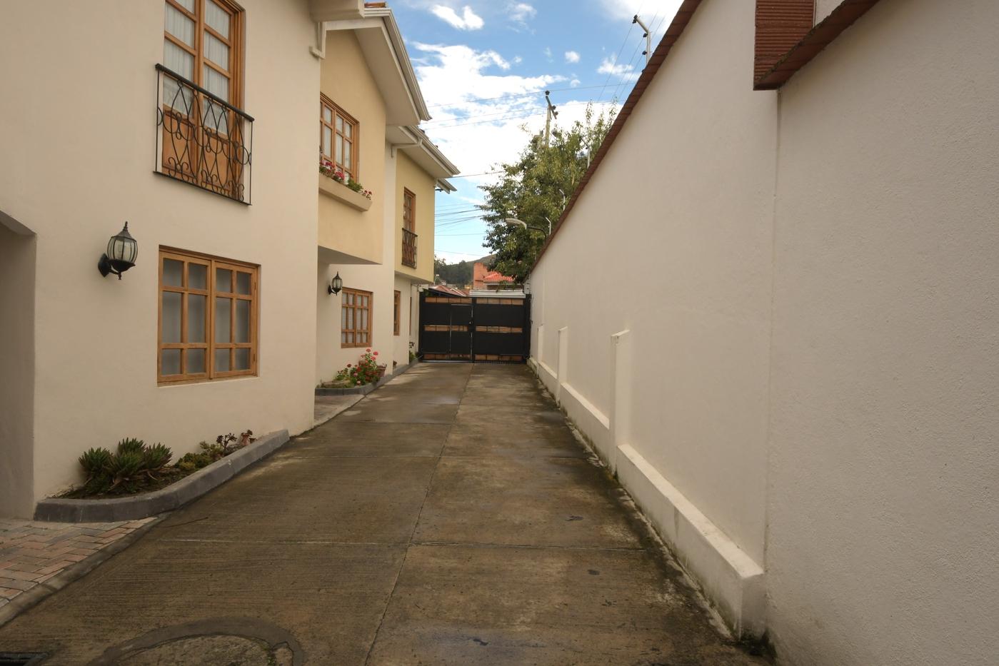 <p>Nice 3 bedrooms and 2.5 bathroom house near Ib…